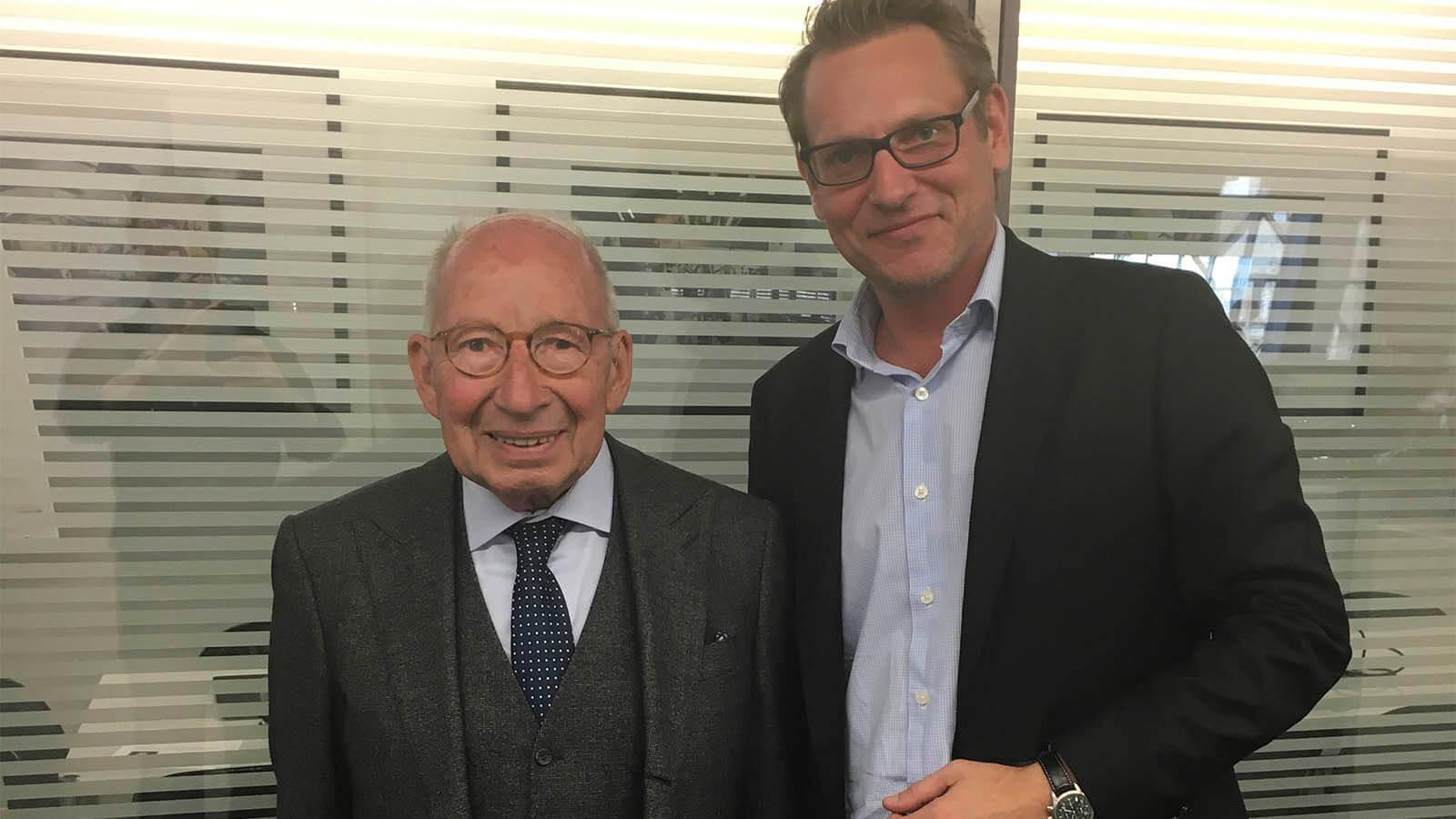 Links Kurt Klaus die Uhrmacherlegende von IWC, auch bekannt als Mr. Ewiger Kalender