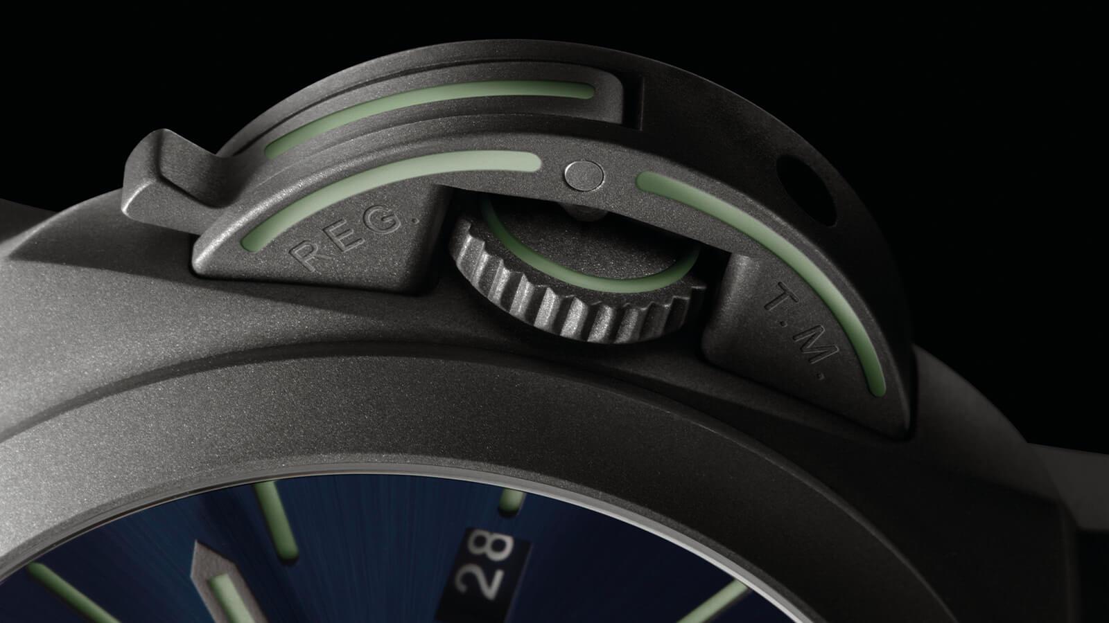 Detail des Kronenschutzes der OFFICINE PANERAI Luminor Marina Titanio PAM01117