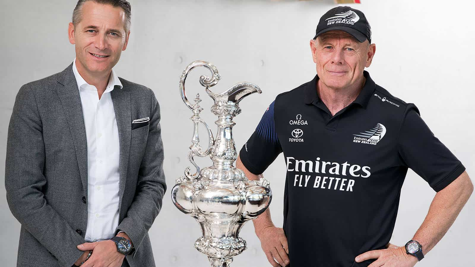 v.l.n.r.: OMEGA CEO Raynald Aeschlimann & ETNZ CEO Grant Dalton mit der America's Cup Trophy