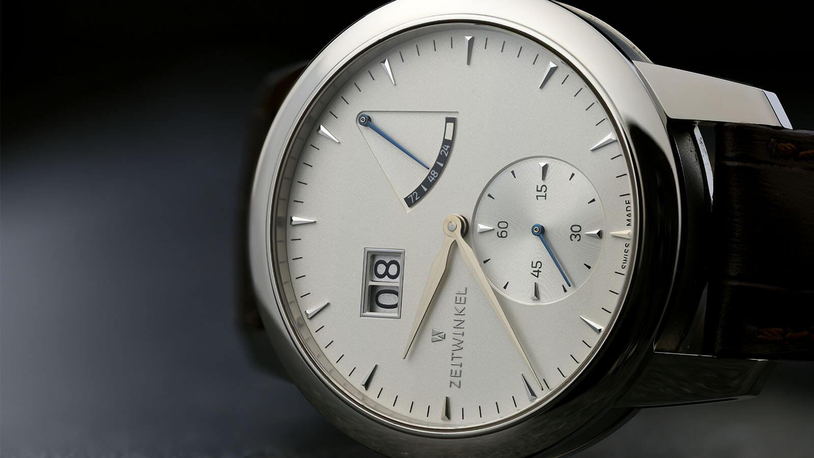 ZEITWINKEL Model 273° mit Großdatum, retrograder Anzeige der Gangreserve und kleiner Sekunde bei 6 Uhr mit silbernem Zifferblatt