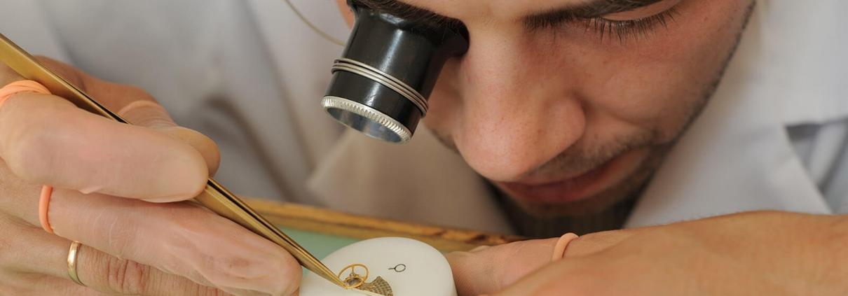 Einer der bestens ausgebildeten Uhrmacher der Manufaktur ZEITWINKEL.CH