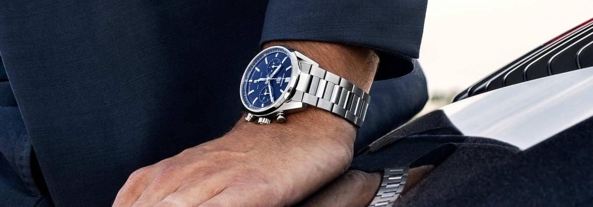 TAG Heuer Carrera Chronographen 42 mm Calibre Heuer 02 Automatik mit blauem Zifferblatt und Edelstahlarmband am Handgelenk