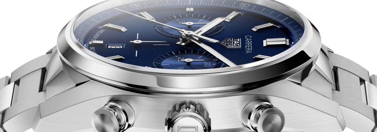 Seitenansicht des TAG Heuer Carrera Chronographen 42 mm Calibre Heuer 02 Automatik mit blauem Zifferblatt und Edelstahlarmband