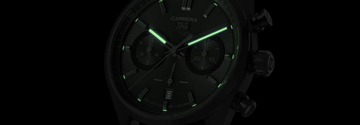 Auch bei schlechten Lichtverhältnissen ist der TAG Heuer Carrera Chronographen 42 mm Calibre Heuer 02 Automatik dank Super-LumiNova bestens ablesebar