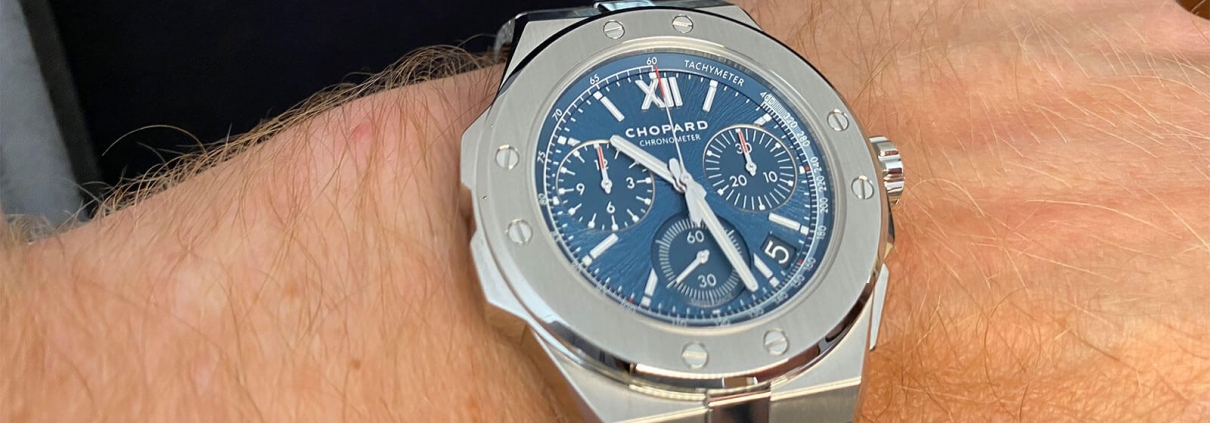 Alpine Eagle XL Chrono von Chopard mit blauem Zifferblatt am Handgelenk