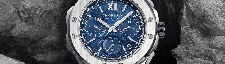 Alpine Eagle XL Chrono von Chopard umgeben von Gestein